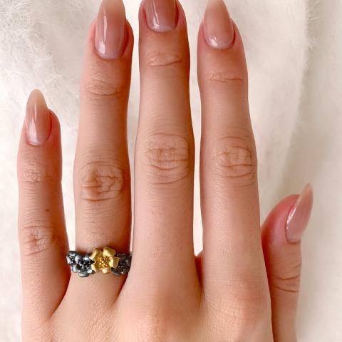 Schön Blumen Ring aus schwarzes rhodiniertes Silber